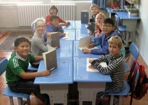 De derdeklassers nemen elkaar een dictee af.