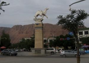 Een witte kameel op het verkeersplein van Xunhua